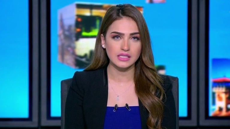 ياسمين عز تثير الجدل بسبب فستان مكشوف