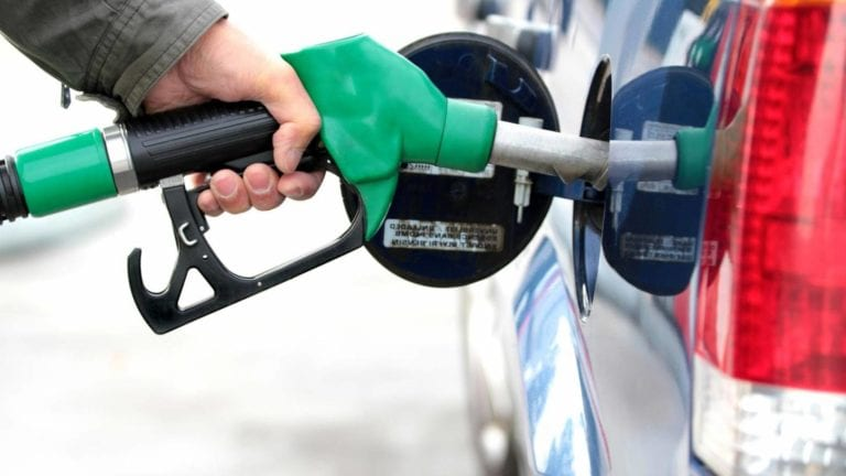 الحكومة تتراجع وتقرر تثبيت أسعار بنزين 95 لمدة 3 أشهر