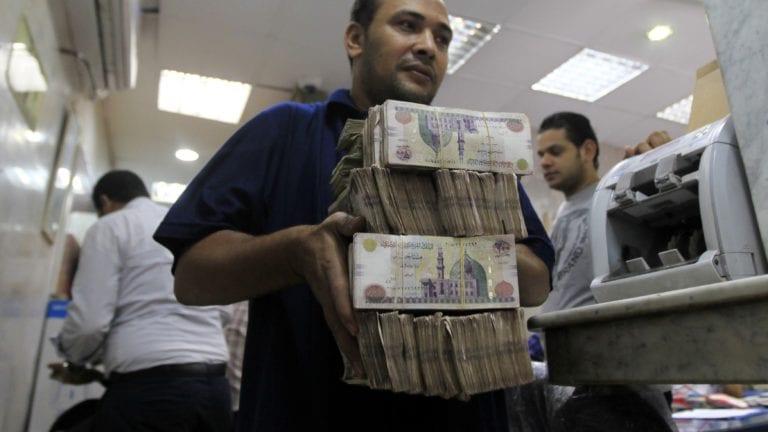 لسد عجز الموازنة.. الحكومة تقترض 17 مليار جنيه من البنوك