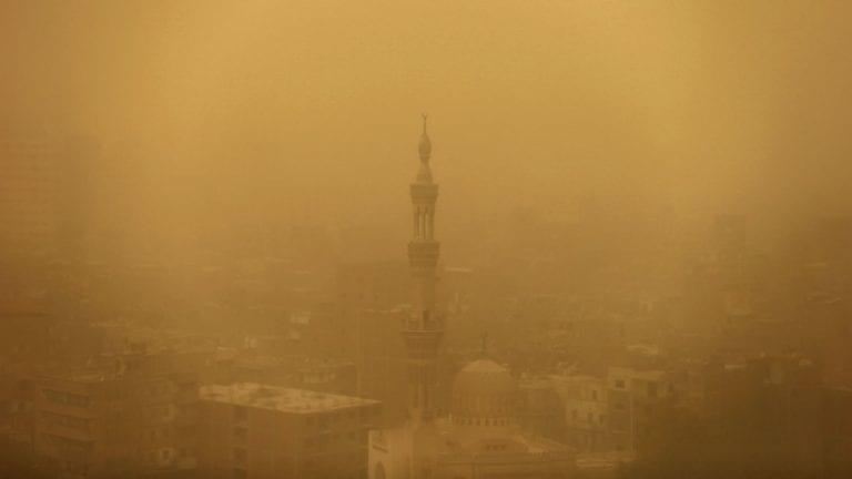 عاصفة ترابية تصل القاهرة والوادي الجديد.. والأرصاد تحذر: تمتد لعدة محافظات