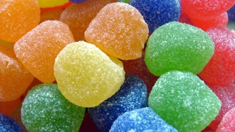 تسبب الإدمان.. برلمانية تطالب بحظر نوع من حلوى الأطفال