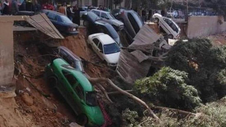 هبوط أرضي يتسبب في تهشم 7 سيارات بحي السلام