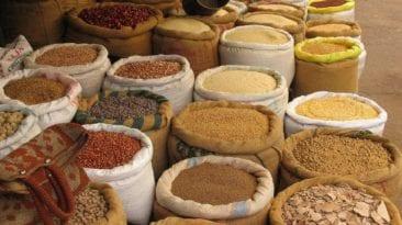 البنك المركزي يعلن تسهيل استيراد الأرز والفول والعدس