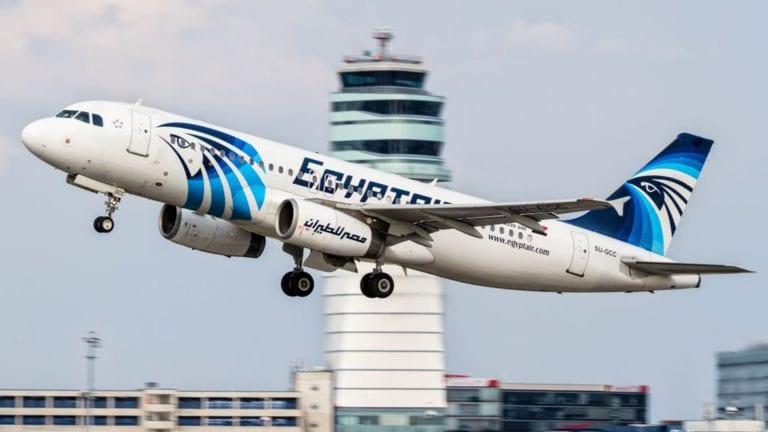 القبض على راكب صيني يسرق المسافرين داخل طائرة مصر للطيران