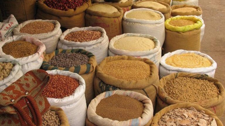 """صرف """"الأرز والفول"""" على بطاقات التموين في رمضان"""