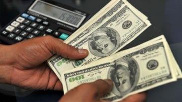 الحكومة تعلن سعر الدولار بالموازنة الجديدة
