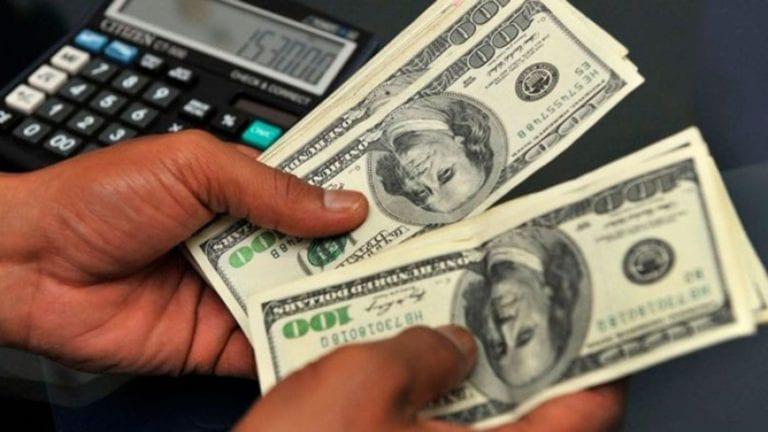 الحكومة تقترض مليار دولار لتمويل عجز الموازنة
