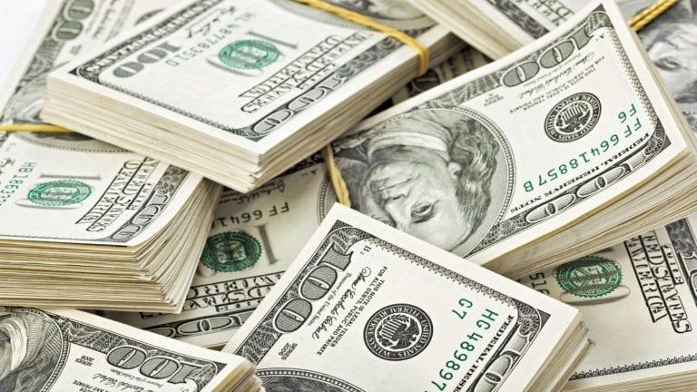 الدولار يسجل أدنى مستوى للمرة الأولى منذ عامين