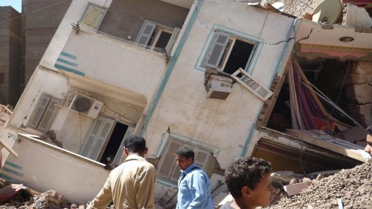 إخلاء ستة عقارات مائلة بالإسكندرية خوفا من انهيارها