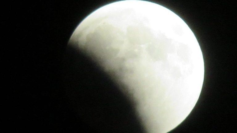 خسوف جزئي للقمر تشهده مصر غدا: يستغرق 5 ساعات و38 دقيقة