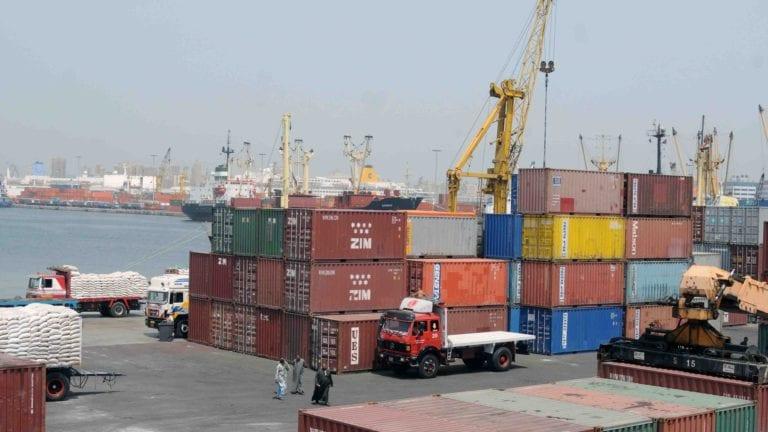 السعودية تعتزم حظر دخول البضائع المصرية بسبب الأكياس
