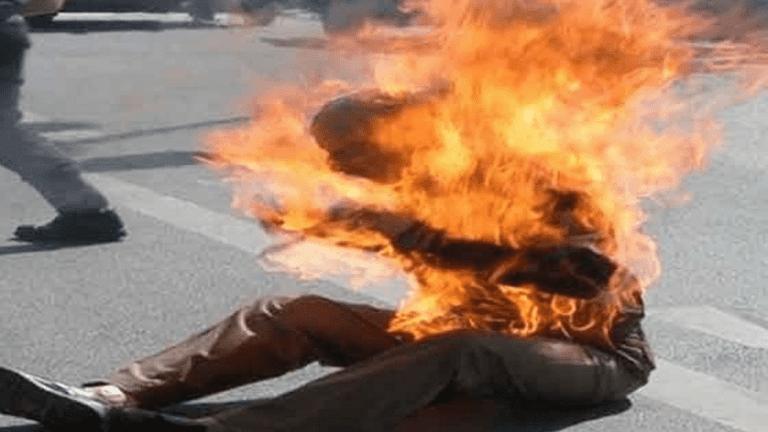 سائق مسن يشعل النار في نفسه احتجاجا على سحب رخصته (صور)