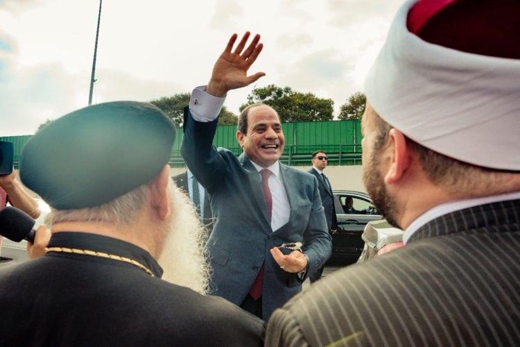 """عودة الرئيس السيسي إلى القاهرة: """"إحنا جامدين أوي"""" (فيديو صور)"""