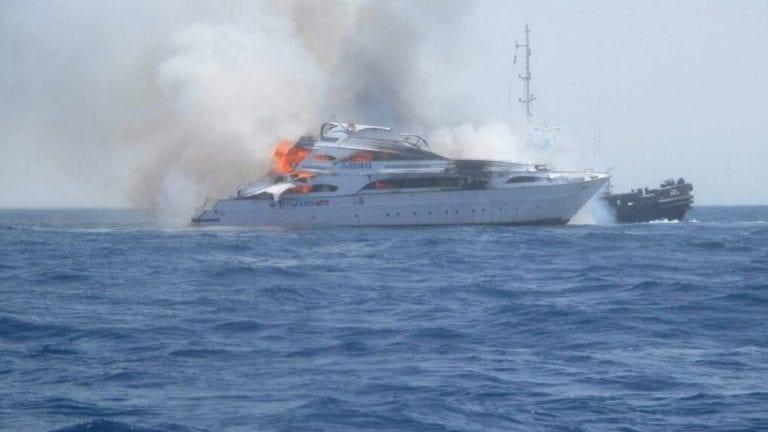 حريق يلتهم لانشين بحريين في مدينة الغردقة