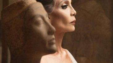 صور سوسن بدر على غلاف مجلة عالمية: إطلالة فرعونية