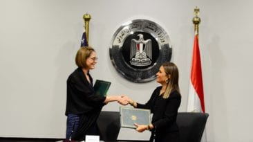 مصر توقع اتفاق منحتين مع أمريكا