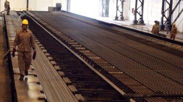 تفاصيل أزمة شركة الحديد والصلب: تتوقف 16 يوما شهريا