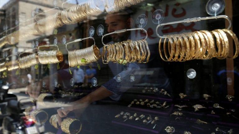 ارتفاع أسعار الذهب واستمرار تذبذب العملات.. الدولار يتراجع قرشين