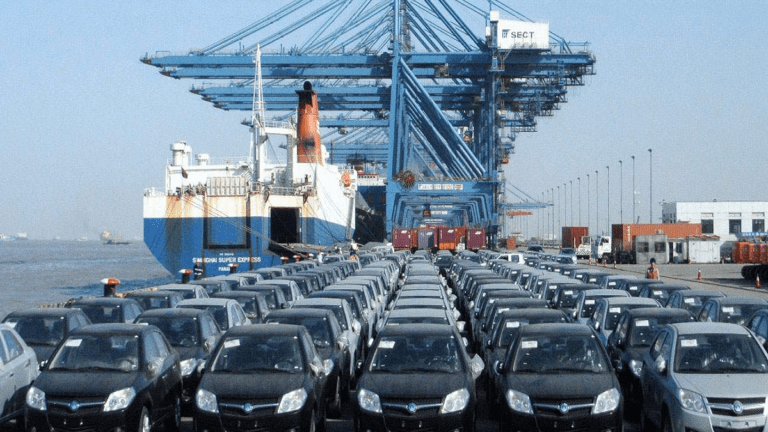 الحكومة تتجه لفرض ضريبة على السيارات بنسبة 30%