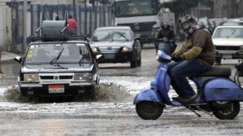 مياه الأمطار تغرق شوارع القاهرة والجيزة وتسبب شللا مروريا (صور)