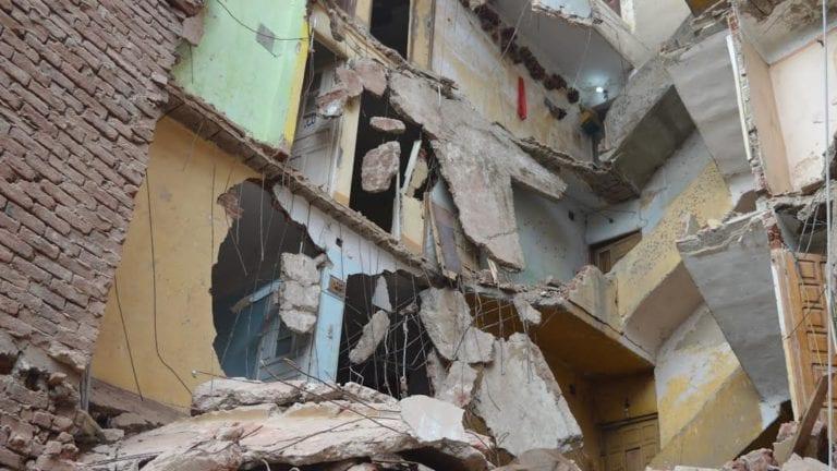 مصرع شخص وإصابة 3 آخرين في انهيار عقار بكرموز (صور)