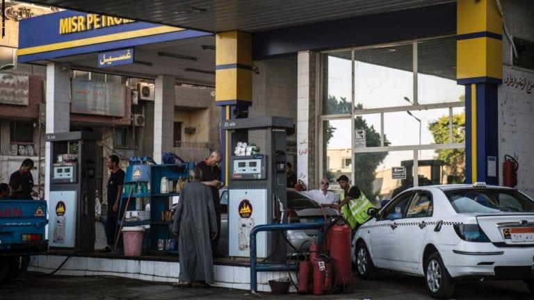 خفض أسعار البنزين بأنواعه الثلاثة 25 قرشا
