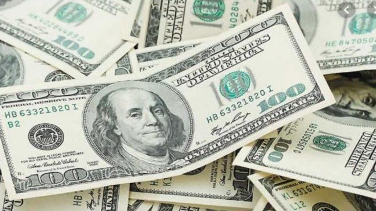 انخفاض أسعار العملات وارتفاع الذهب