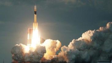 لحظة إطلاق القمر الصناعي المصري طيبة 1