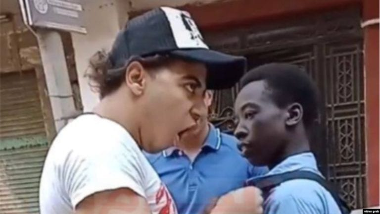 إخلاء سبيل المتهمين بالتنمر ضد طالب إفريقي بعد تنازل والده