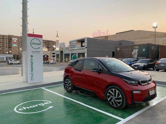 بدء تركيب وحدات شحن السيارات الكهربائية بمحطات البنزين (صور)