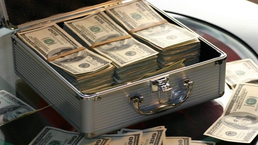 إحالة طبيب للجنايات بتهمة غسيل أموال