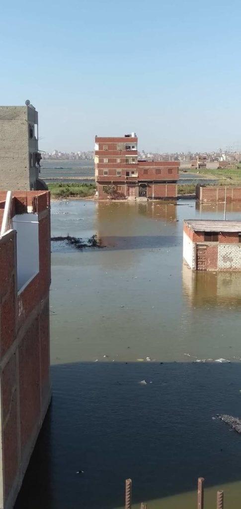 غرق منطقة في دمياط بسبب ارتفاع منسوب مياه بحيرة المنزلة (صور)
