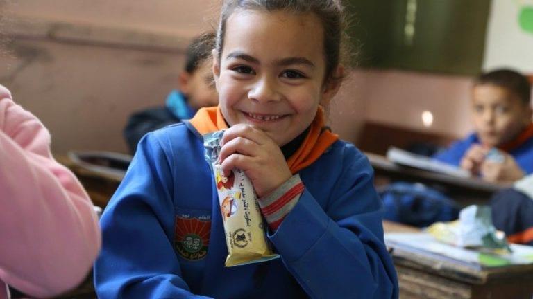التحقيق في واقعة نقل الطلاب كراتين التغذية المدرسية بالخانكة (صور)