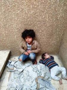 أب وأم يتركان طفليهما لمدة 4 أيام بمدخل عمارة (صور)