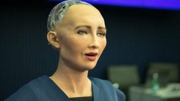 الروبوت صوفيا تتحدث أمام السيسي