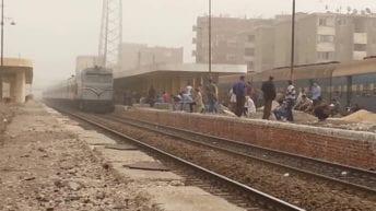 عامل يقفز من قطار في سوهاج
