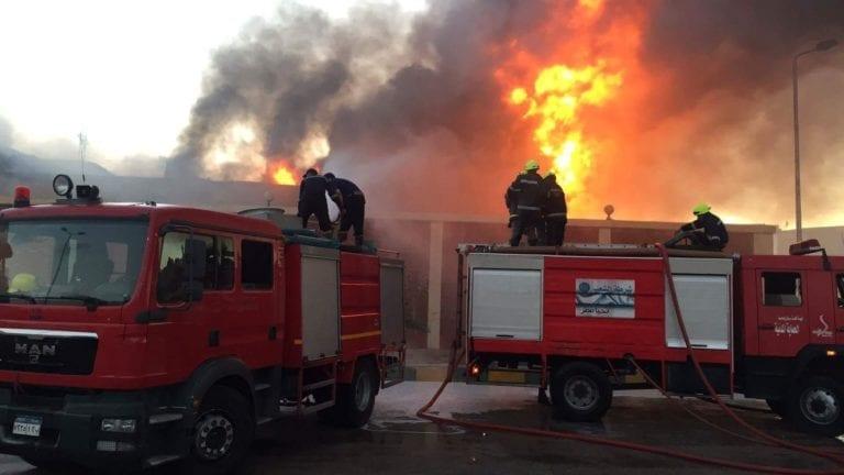 حريق في مصنع كارتون بالشرقية: النيران التهت مخزنين (فيديو)