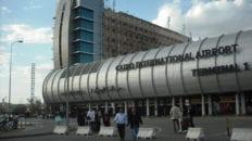 بتهمة تقاضي رشوة.. السجن 3 سنوات وغرامة لموظفَين في مطار القاهرة