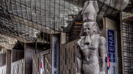 وضع قطع أثرية في المتحف المصري الكبير