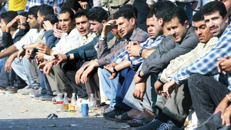 حبس كويتي استقدم مصريين دون إقامة