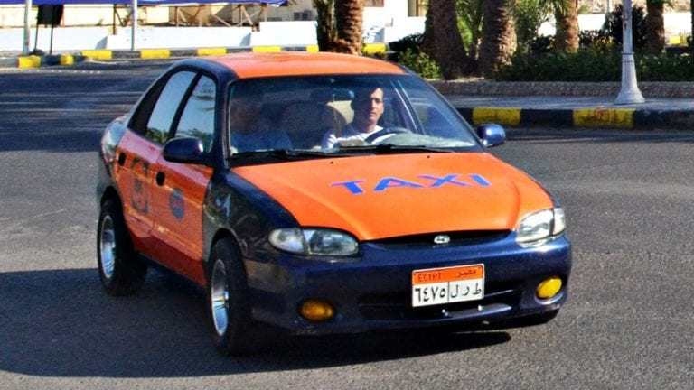 منع سائقي التاكسي من ارتداء الجلباب في الغردقة.. اعتراض وجدل