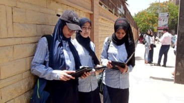 توزيع التابلت على طلاب ثانية ثانوي