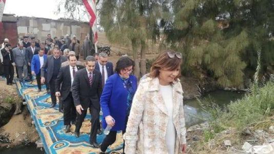انتقادات بسبب صور استقبال وزيرة الهجرة في الغربية: سجاد على الترعة