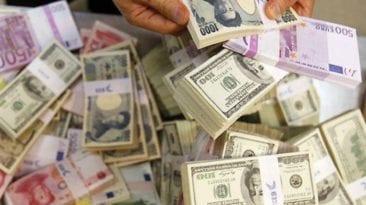 انخفاض أسعار العملات وارتفاع الذهب.. تعرف