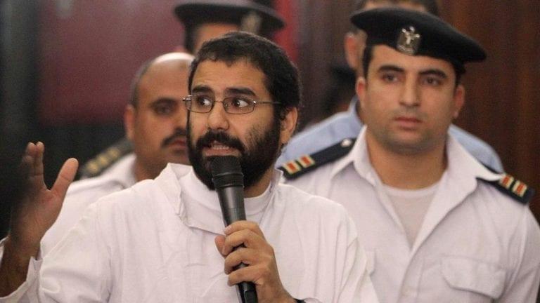 إلغاء قرار إخلاء سبيل علاء عبد الفتاح وعلا القرضاوي والباقر.. تجديد حبسهم